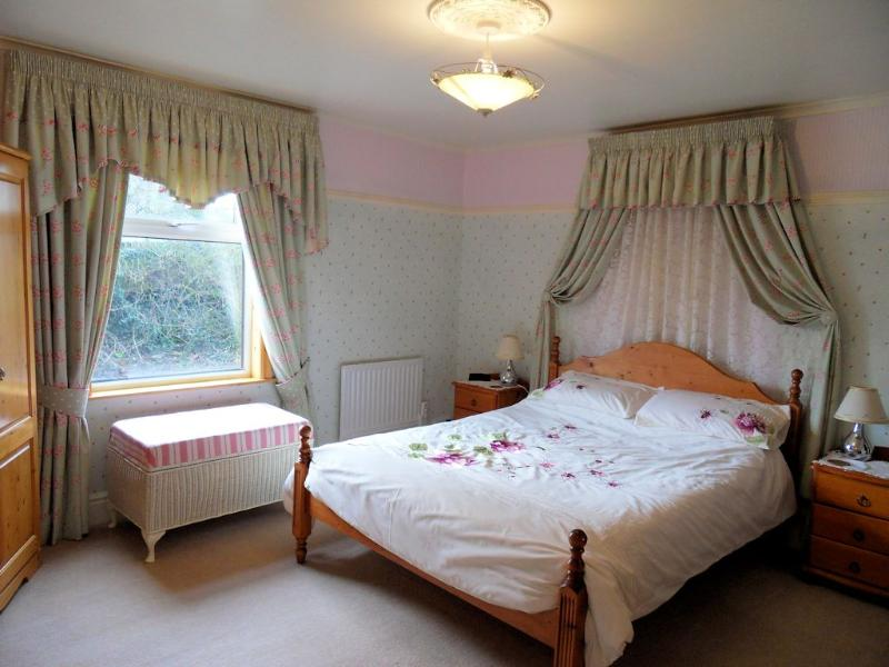 main bedroom with king size bed - Traditional English country cottage - Aldbrough - rentals