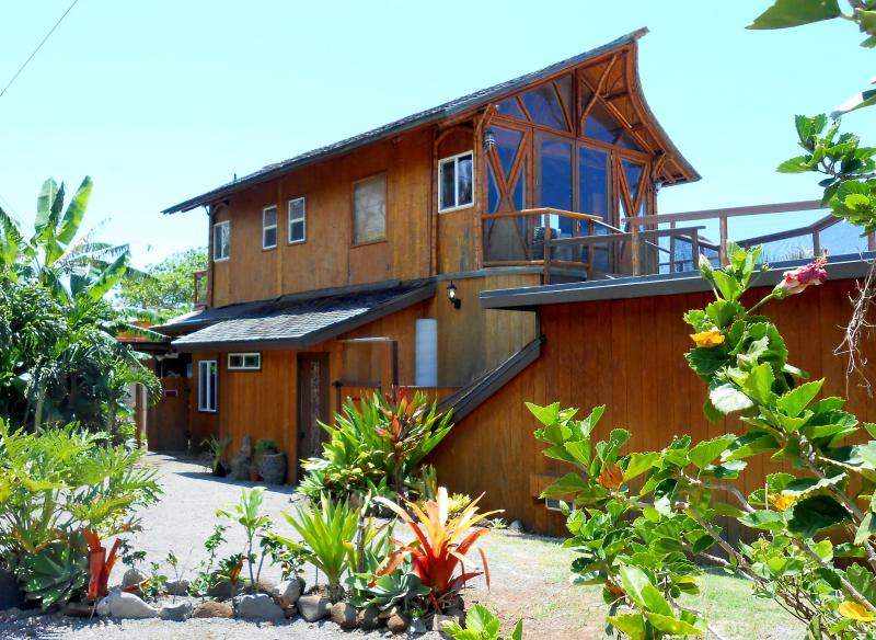 Main House -- Studio is to the side, about 20 feet away (with Separate Entrance ) - Lovely Space ~ RIGHT ON THE BEACH ! - Haleiwa - rentals