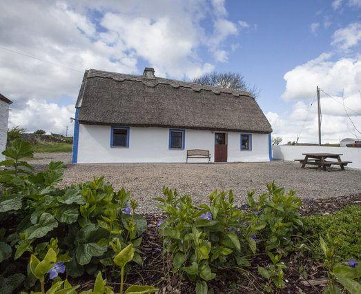 Gorgeous genuine thatch with plenty of room - Gorgeous Thatched Cottage right on Galway Bay - Galway - rentals