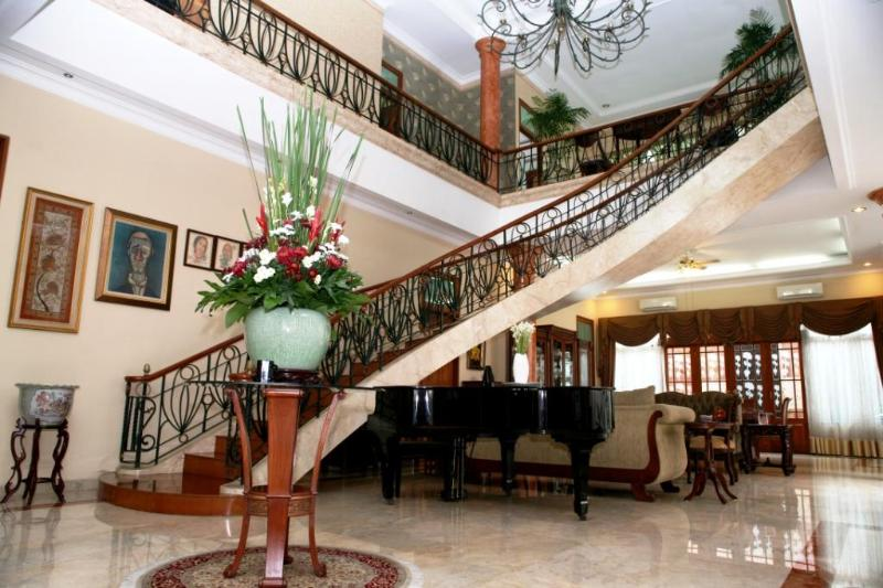 PESONA GUEST HOUSE JAKARTA - A spectacular circular staircase leads to the second leve of this B&B. - PESONA GUEST HOUSE JAKARTA - Indonesia - rentals