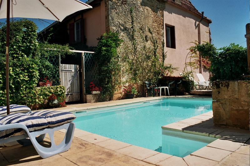 POOL beside the house - An old restored farmhouse with a pool in a quiet village near the Dordogne - Lalinde - rentals
