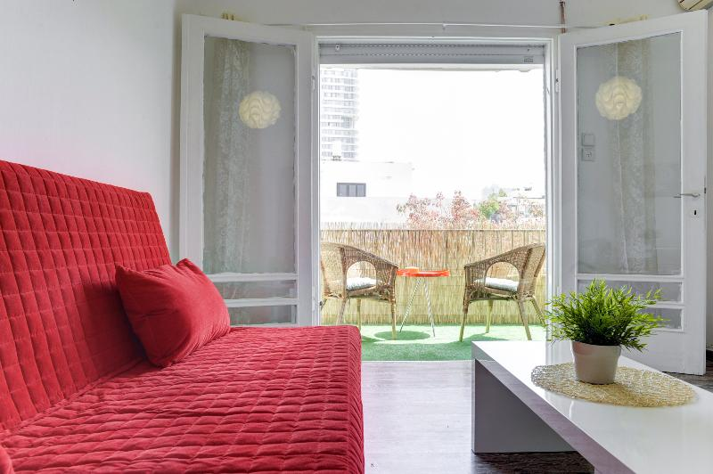 Great apartment with sunny balcony near the beach - Image 1 - Tel Aviv - rentals