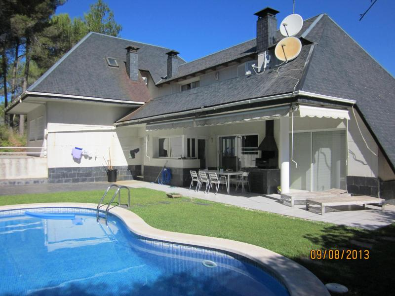 House frontside - Beautiful chalet with swimming pool and private garden close to Barcelona - Corbera de Llobregat - rentals