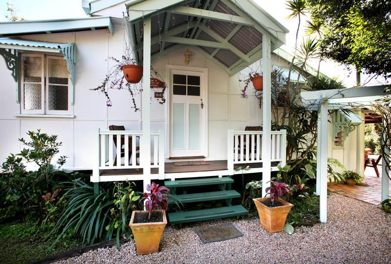 Covered front patio welcomes you. Park at your door. The light will be on if arriving after dark - Adele's Market Cotttage - Yungaburra - rentals