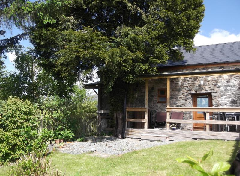 Rear garden and covered veranda - BELLE VUE 4 star pet-friendly family cottage - Llanrhaeadr ym Mochnant - rentals