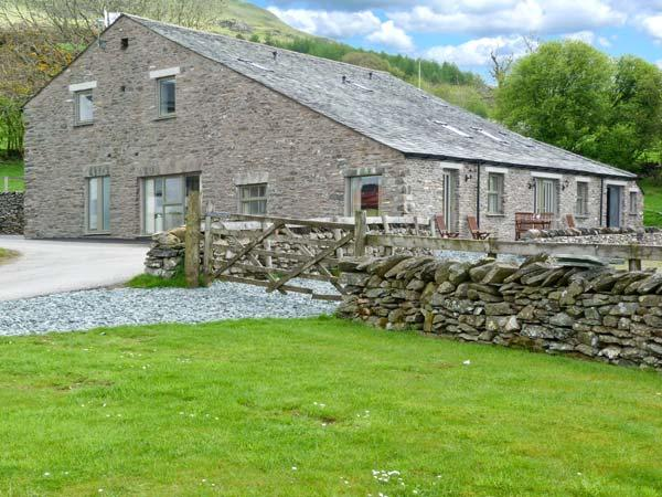 GHYLL BANK BYRE, pet-friendly quality cottage, en-suites, views, Staveley Ref 11534 - Image 1 - Staveley - rentals