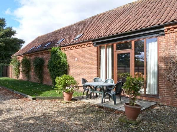 PEAR TREE ground floor, communal games area, four-poster bed in Fakenham Ref 24356 - Image 1 - Fakenham - rentals