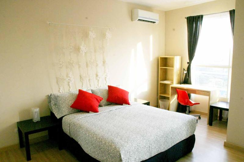 Master bedroom with a work station by the window - Vacation by the River, Heart of BKK - Bangkok - rentals