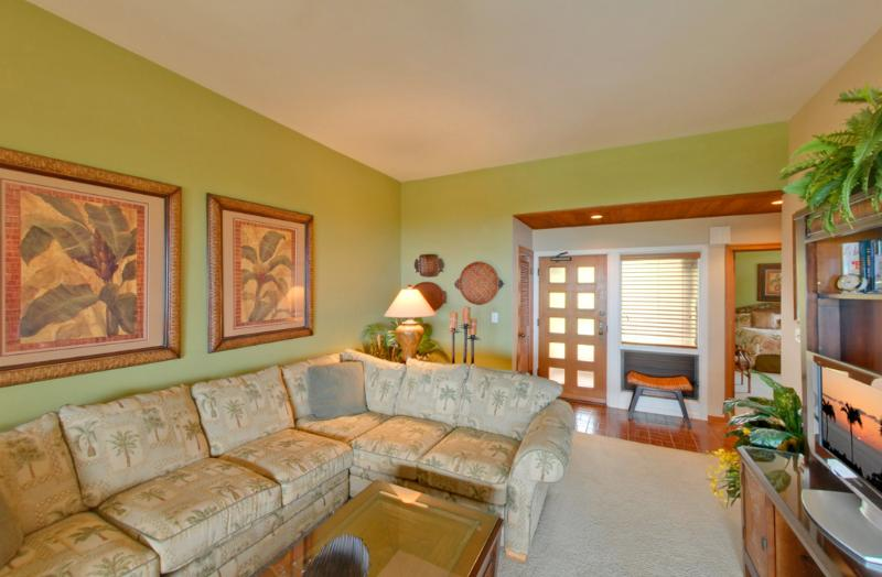 Stylish and comfortable Ocean View living room with large flat scree TV, DISCOUNT GOLF! - Ocean views, Affordable Kapalua Lurury - Lahaina - rentals