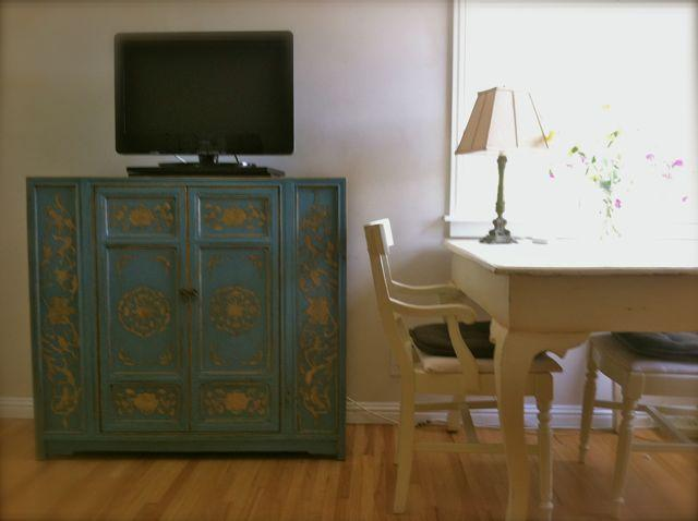 Wifi and TV, two sided desk w garden view - Garden & Super Lovely One Bedroom near Beach! - Santa Monica - rentals