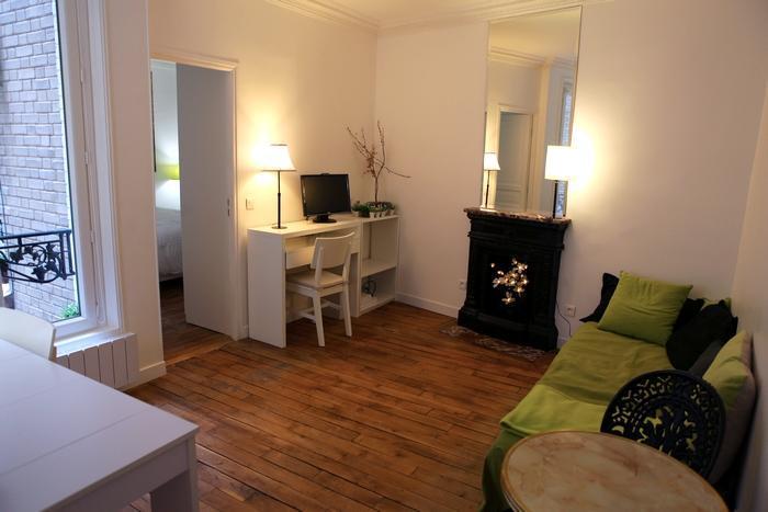 Living room with century-old chimney and wooden floors - ***** ZEN et CHIC à Paris  :) - Paris - rentals