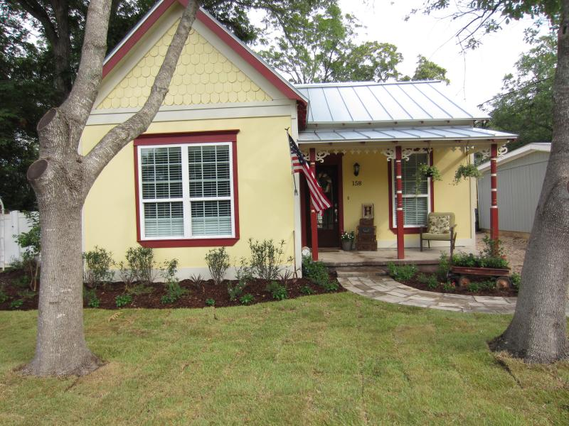 1880 Cottage with creative landscape - 5 bed walk to Shlitterbahn & Tube Chute - New Braunfels - rentals