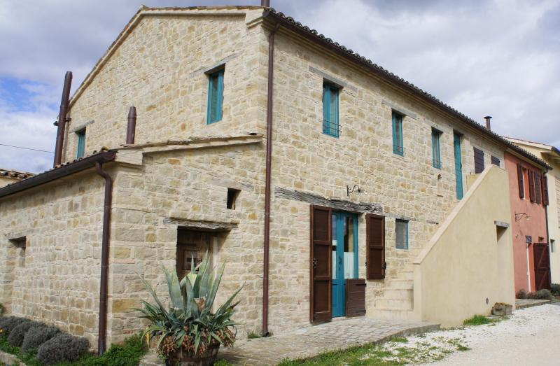 the farm house: 2 apartments and 1 room - Bio Fattoria Fontegeloni, LA RONDINE, 72 m Apartm. - Serra San Quirico - rentals
