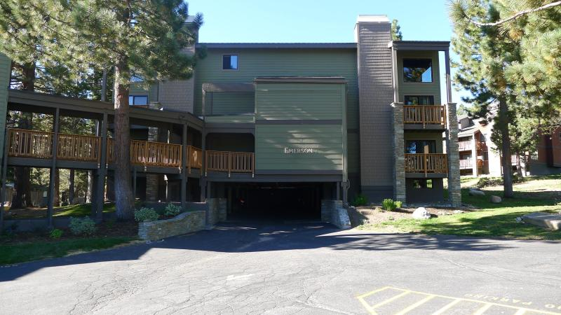 Building where unit is located - Cozy Condo across from Chair 15-wifi, jacuzzi,... - Mammoth Lakes - rentals
