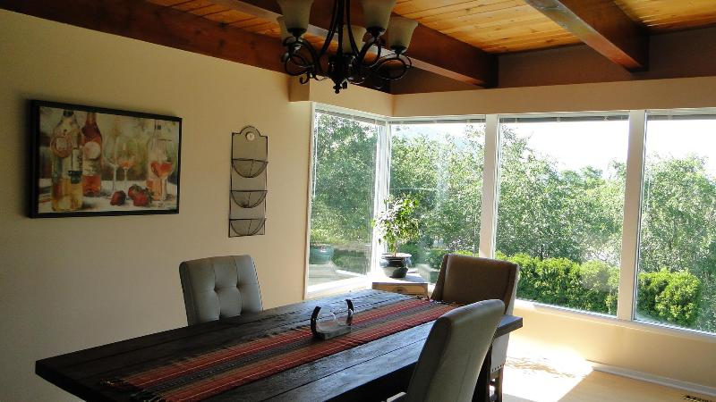 Dining Room, light bright and airy, beautiful mid century modern feel. - Bright & Airy Vacation Rental Home in Penticton - Penticton - rentals