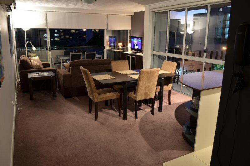Lounge Dining  in the evening - Long Term Rental in the heart of Brisbane (QPAC) - Brisbane - rentals