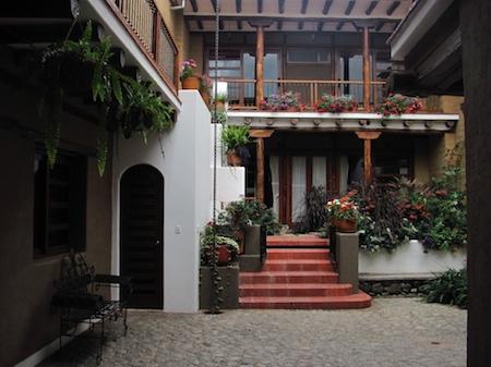Cobblestone courtyard and garden - Large studio flat in Cuenca's historic district - Cuenca - rentals