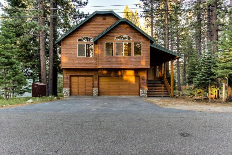 Spacious cabin with private hot tub and room for 12 guests! - Image 1 - South Lake Tahoe - rentals