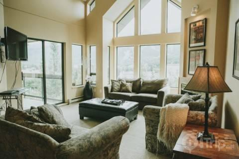 Stunning vaulted ceiling in Living room - Ravencrest Unit 308 Penthouse in Blueberry Hills,  4 bed, 3.5 bath sleeps 10 - Whistler - rentals
