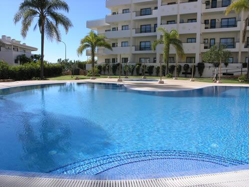 Complimentary sunbeds and umbrellas are provided around the pool - Cerro Mar Colina Apartment A - Albufeira - rentals
