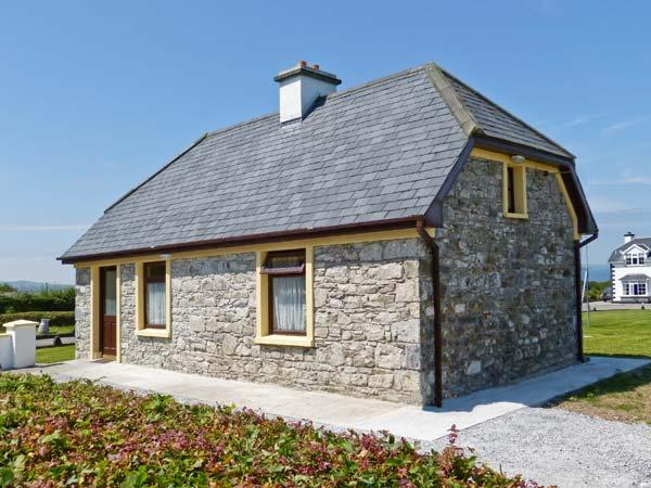 SCATTERY VIEW COTTAGE, solid fuel stove, stunning views, near to coast, near Tarbert, Ref 27490 - Image 1 - Killimer - rentals
