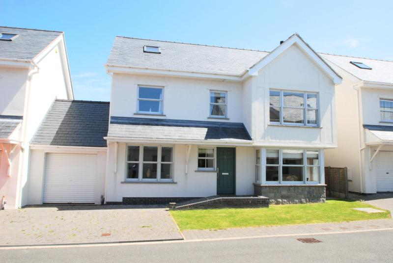 Gull House | Great Escapes Wales - Image 1 - Trearddur Bay - rentals