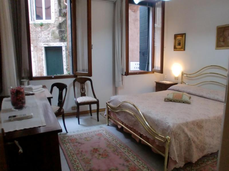 Double bedroom with chest of drawers and wardrobe - Casanova Apartment,  a 3 minute walking to Rialto and 8 minutes to San Marco also near to Fondamenta Nuove. - Venice - rentals