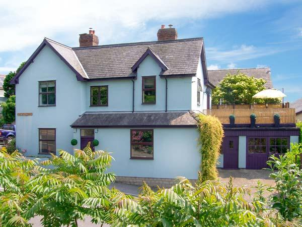 THE OLD MANSE, detached Victorian cottage, hot tub, pets welcome, open fire and woodburner, in Bishop's Castle, Ref. 26570 - Image 1 - Bishop's Castle - rentals