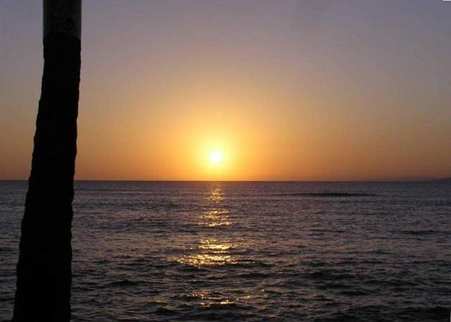 Spectacular West Maui sunsets at an approx. 1 minute walk - SLEEPS 4! Affordable Comfortable A/C TOTAL LUXURY AT AN AFFORDABLE PRICE ! - Lahaina - rentals