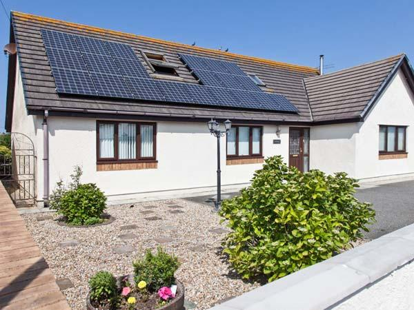 THE WILLOWS, detached cottage, woodburner, en-suite bedrooms, enclosed garden, walking distance to beach, near Trearddur Bay, Ref. 27187 - Image 1 - Trearddur Bay - rentals