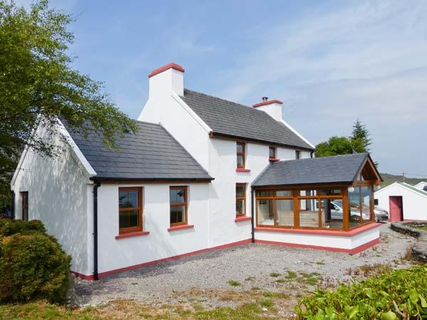 SUGARLOAF COTTAGE sea views, close to beach, solid fuel stove in Glengarriff Ref 28016 - Image 1 - Glengarriff - rentals