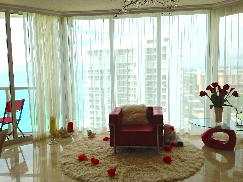 Beautiful open-plan living area, kitchen and dining room, letting in natural light during the day. - Beachside Paradise 2 bedroom on 27th Floor, La Per - Sunny Isles Beach - rentals