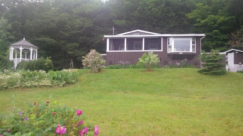 Beautiful view over looking Folly Lake - Charming Lake-view Cottage 25 min from Truro - Truro - rentals