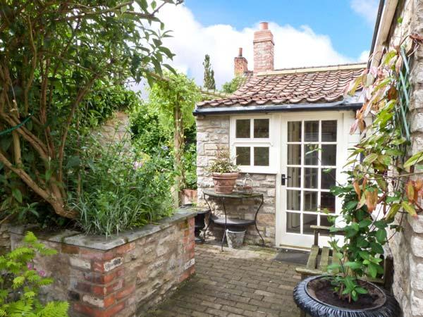 CORONATION COTTAGE, woodburner, wet room, all ground floor, fantastic location, in Helmsley, Ref. 26954 - Image 1 - Helmsley - rentals