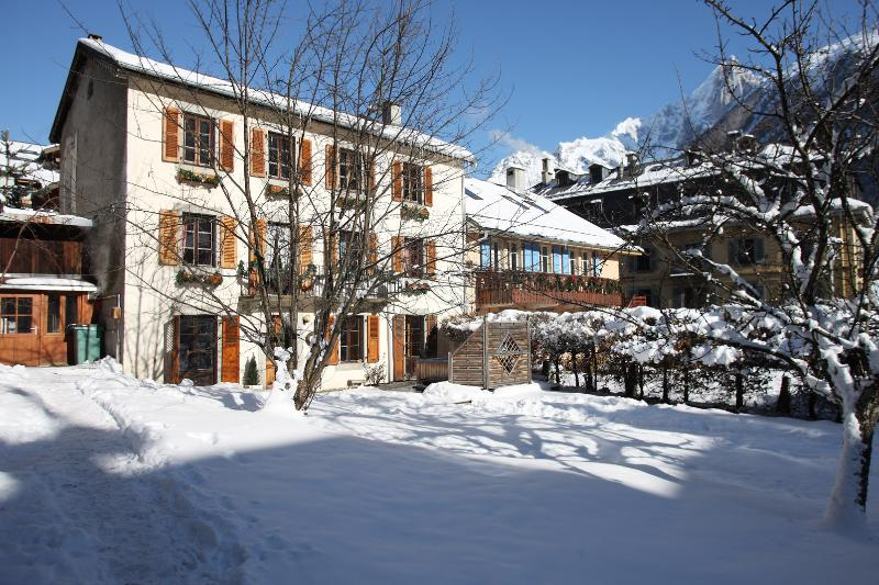 Chalet Exterior with gardens - 6 Bedroom Ski-in Chalet In Central Chamonix - France - rentals