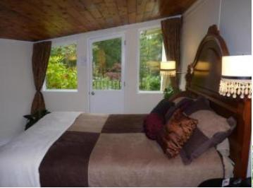 Antique Queen bed w adjacent Juliette balcony and Fireplace. Beautiful garden views. - River and Rose B&B - Maple Ridge - rentals