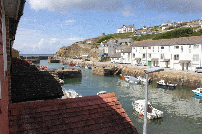 Direct harbour views - Relax in comfort next to Portreath harbour - Portreath - rentals