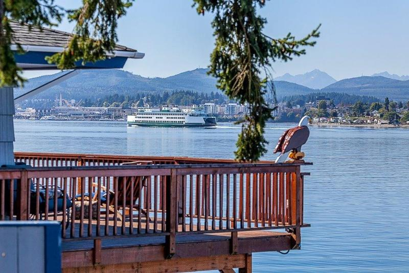 1250 square foot deck - SEA DOOS- SKI/FISH BOAT WATERFRONT BEACH LUXURY ! - Port Orchard - rentals