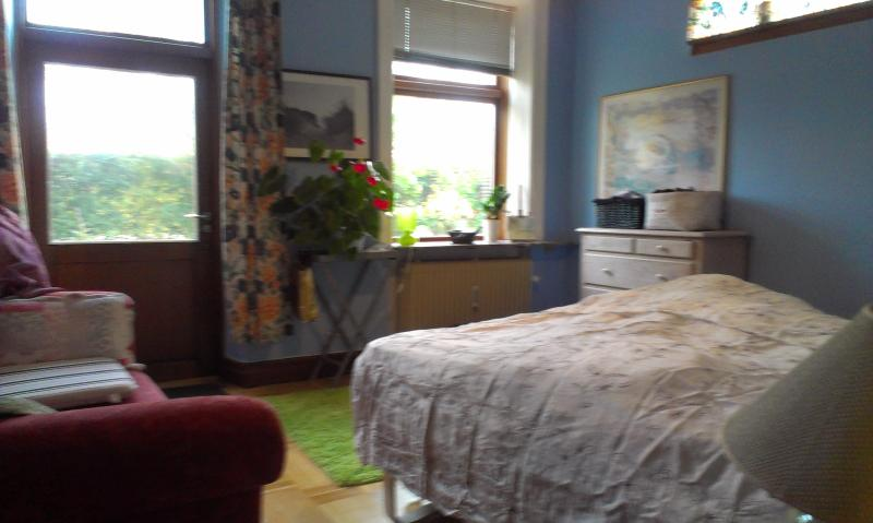 parents bedroom with elevation bed and gardenaccess - Charming appartment by the sea with garden - Snekkersten - rentals