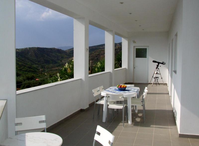 The west sea facing veranda looking north - Villa apartment overlooking the Bay of Kyparissia - Kakovatos - rentals
