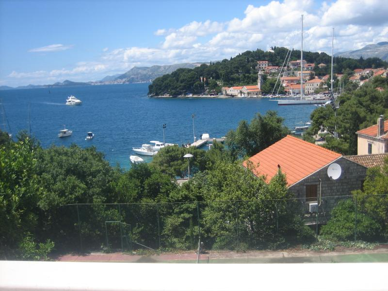 We offer five apartments and 3 rooms for rent. All are well equipped and fully furnished. Welcome!  - Tija Apartments have 5 apartments and 3 rooms ! - Cavtat - rentals