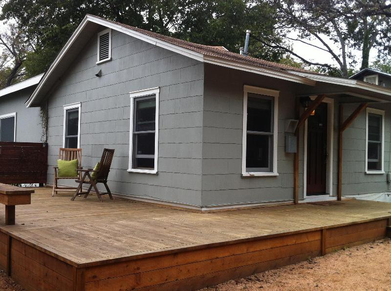 Great side deck for hangin' out - 2/2 Hip SoCo Getaway- Perfect for SXSW! - Austin - rentals