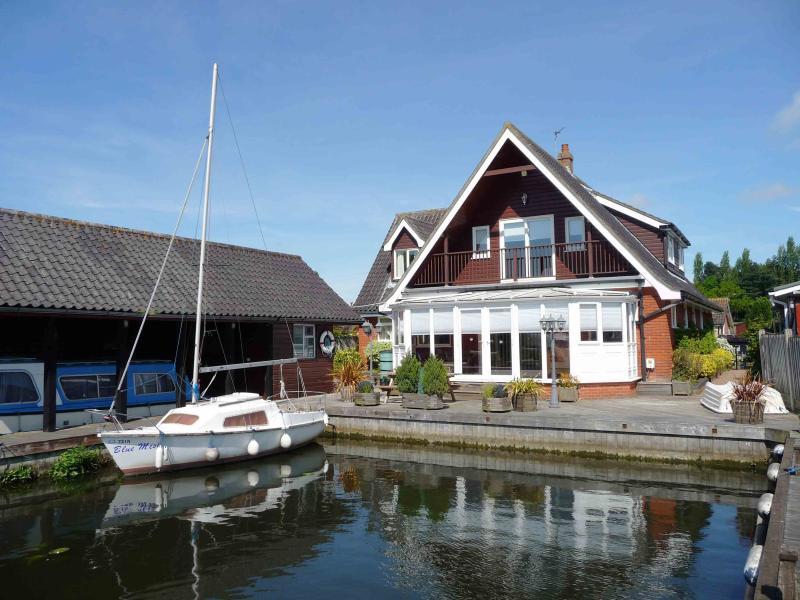 River View - Waterside Retreat Self catering 5 bedroom holiday cottage in Wroxham, Norfolk, Norfolk Broads, England - Wroxham - rentals