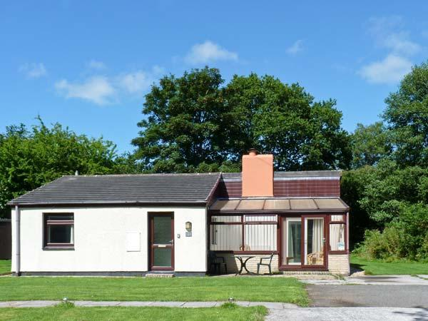 TREVELLARD BELLE, chalet, woodburner, on-site outdoor swimming pool and tennis, private garden, in Saltash, Ref 27832 - Image 1 - Saltash - rentals
