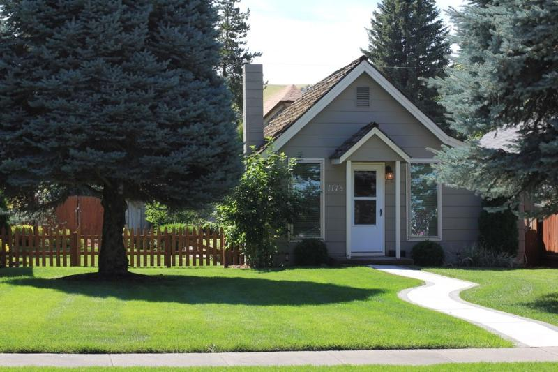 Cottage front sidewalk - Beautifully appointed, comfortable cottage in the heart of Dayton, WA - Dayton - rentals