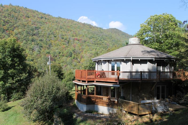 Enjoy the outdoors with 2 levels of wrap around decking - The Round House - Green Mountain - rentals
