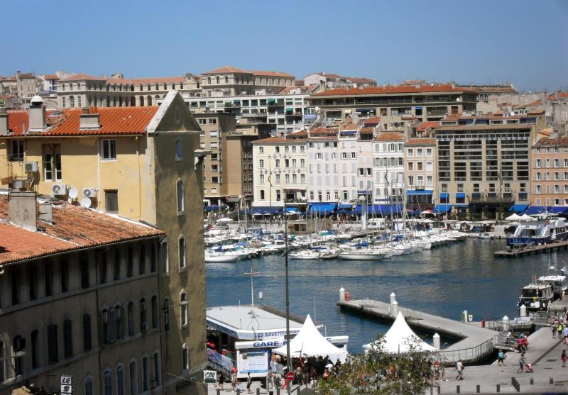 The Old Harbor: View from the balcony - Marseille Vieux Port: A Sunny Duplex Apartment. - Marseille - rentals
