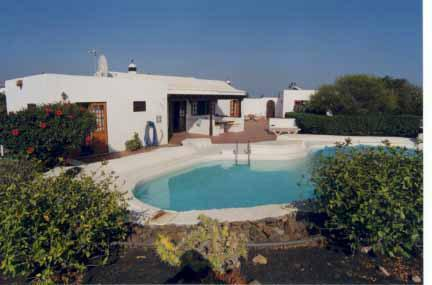 Lovely spacious 3 bed villa with pool in secluded gardens wifi playstation Puerto del Carmen - Image 1 - Puerto Del Carmen - rentals
