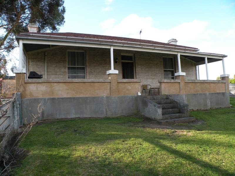 Front view of cottage - Limestone View - Naracoorte - rentals