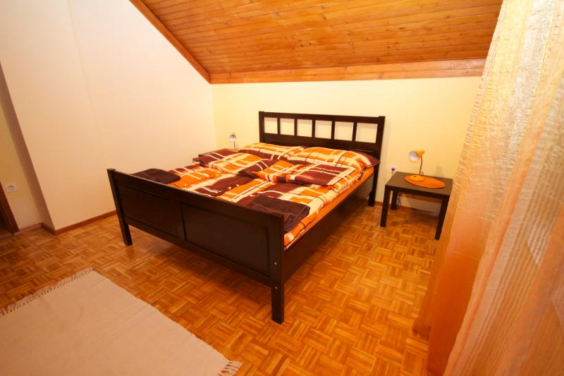 Cozy bedroom with queen size bed and private balcony - Peaceful 2BRM apartment with a view - Bled - rentals